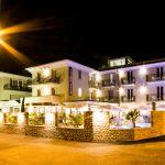 Aussenansicht am Abend des Hotels Eden in Garda am Gardasee