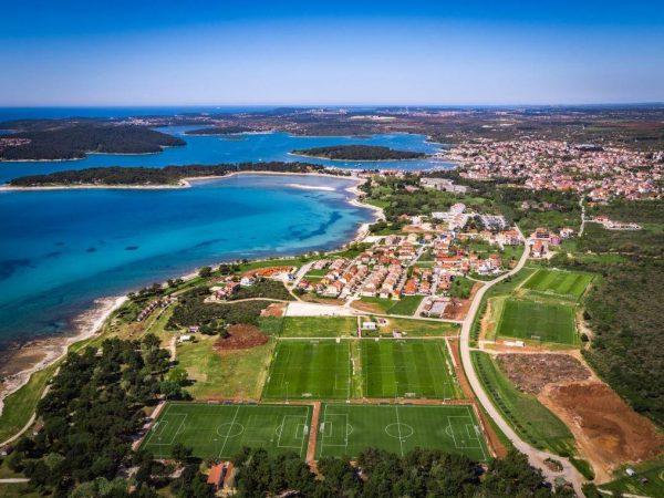 luftaufnahme fußballplatz traininslager kroatien
