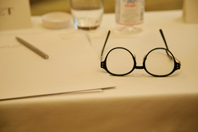 Tisch mit Brille, Schreibblock und Stift für ein Meeting