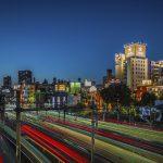 Ansicht Candeo Hotel Tokyo hinter den Bahnschienen
