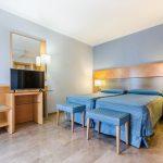 zimmer mit getrennten betten und fernseher im hotel del mar in barcelona
